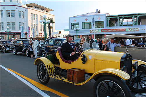 Deco-cars-on-Napier's-Marine-Parade-with-Hawkes-Bay-Scenic-Tours